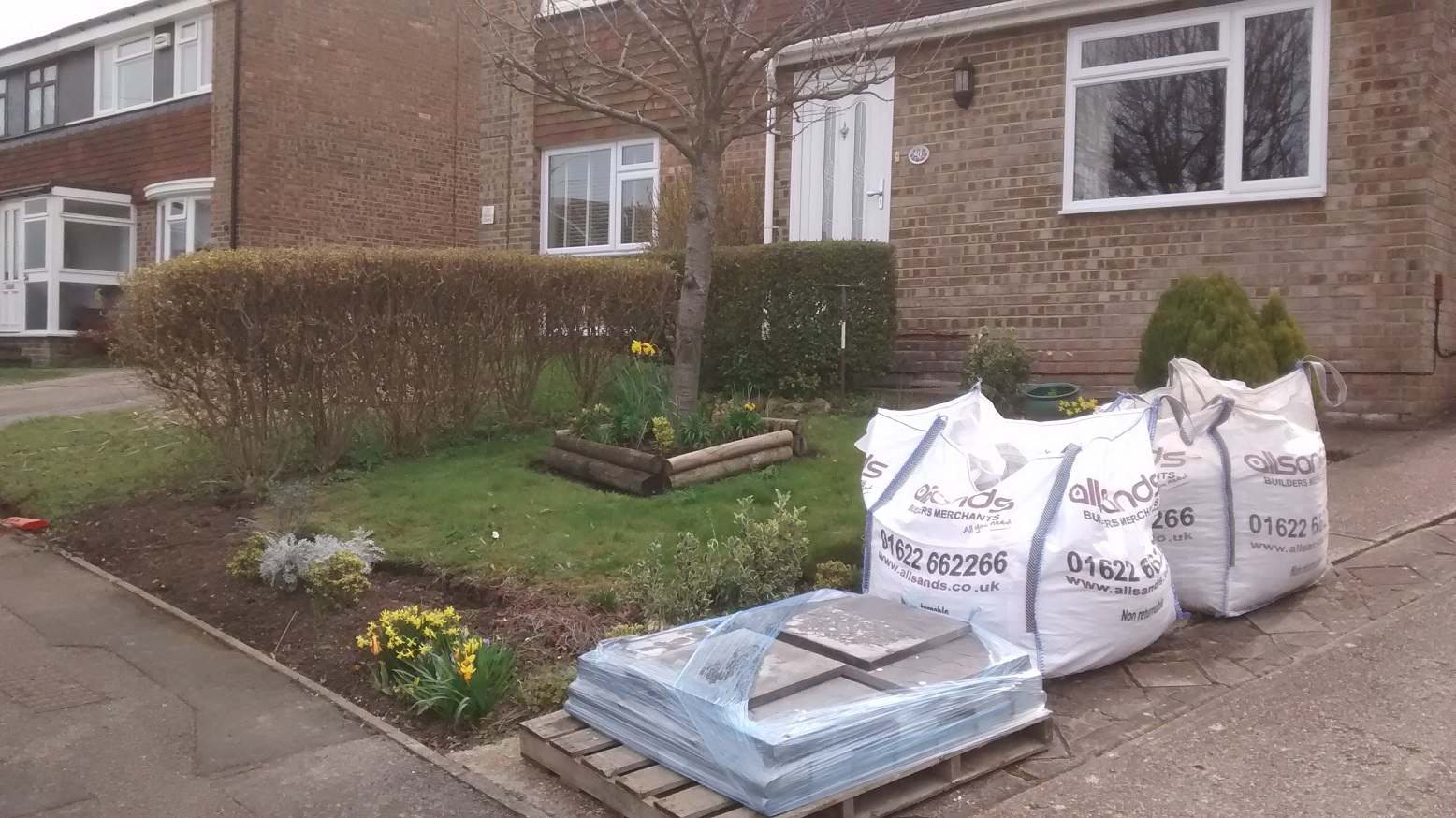 Creating low maintenance front gardens in rainham kent for Small no maintenance garden