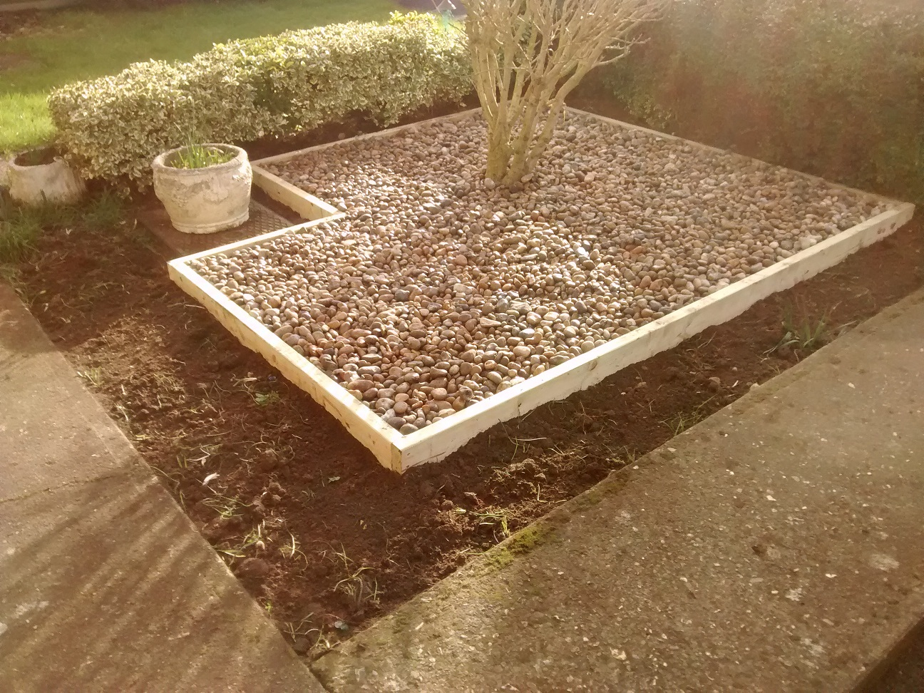 Low maintenance pebbles over membrane