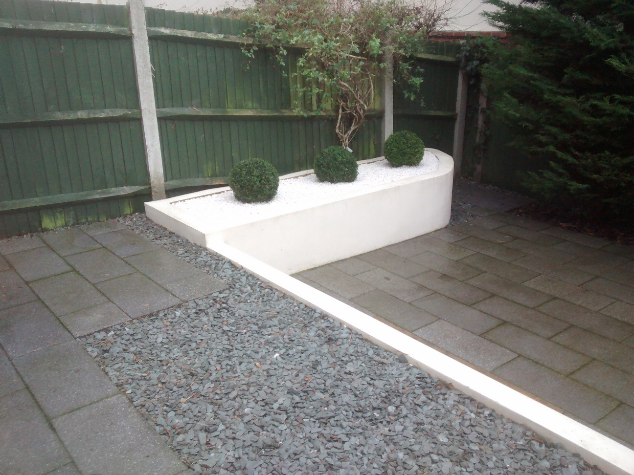 White spar chippings and box hedge balls